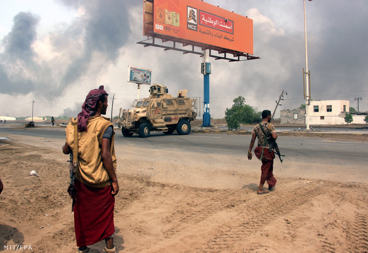 Jemeni kormánykatonák a lázadók elleni összecsapások idején, 2018. szeptember 12-én Hodeida kikötővárosban. Megfigyelők szerint a szaúdi támogatást élvező kormány csapatai a síita húszi lázadók egyik fontos ellátási útvonalát célozzák, amelyen keresztül a humanitárius segélyszállítmányok jelentős része eljut a lázadók ellenőrzése alatt lévő észak-jemeni területekre.