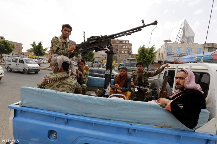 Síita húszi fegyveresek járőröznek egy bajtársuk temetési szertartásán Szanaában 2018. június 21-én. Az Irán támogatását élvező jemeni síita lázadók ezen a napon jelezték, hogy hajlandóak az ENSZ igazgatása alá helyezni a kormányerők és a nemzetközi koalíció által ostromlott nyugat-jemeni Hodeida kikötővárost.