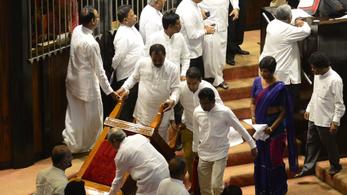 Ütötték-verték egymást a képviselők a Srí Lanka-i parlamentben