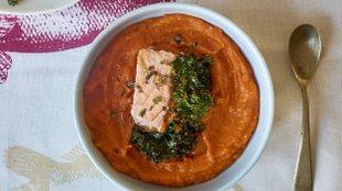 Sült lazac, narancsos sütőtök krém és kel csipsz