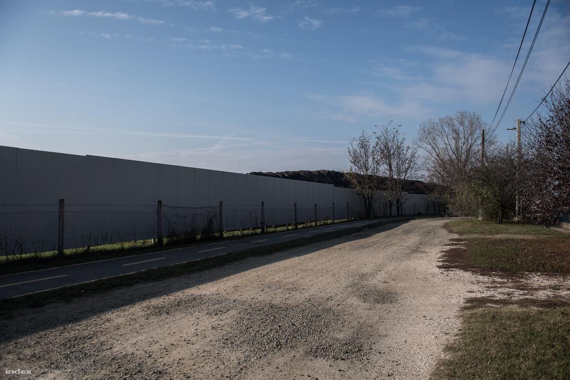 A gyár kerítése a Zrínyi utcában