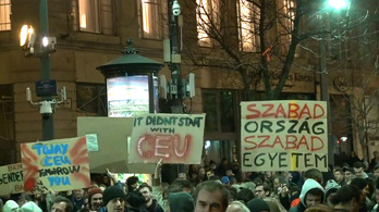 Mi itt vagyunk, de nem elegen - újra tüntetett a Momentum a CEU mellett