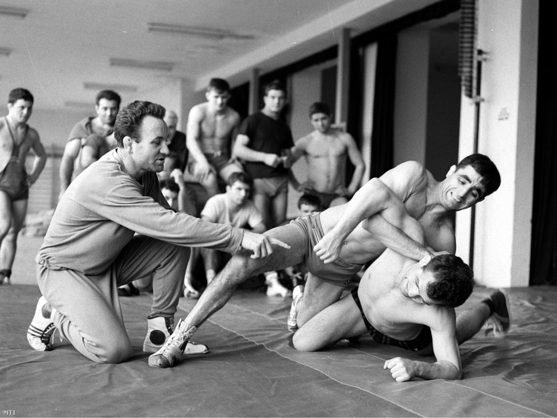 Polyák Imre olimpiai aranyérmes és többszörös világbajnok abbahagyta a versenyszerű birkózást és edzőként készíti föl a kötöttfogású birkózókat a világbajnokságra: Vargát és Guttmannt látja el utasításokkal 1965. január 29-én.
