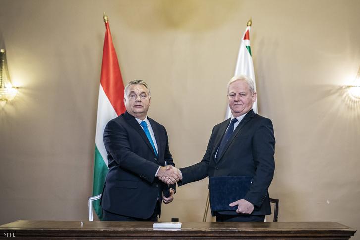 Orbán Viktor miniszterelnök és Tarlós István főpolgármester kezet fog miután aláírták a főváros és a kormány együttműködésérõl szóló 15 pontból álló megállapodást a főváros napján Budapest egyesítésének 145. évfordulója alkalmából tartott ünnepség előtt az Újvárosházán 2018. november 17-én.