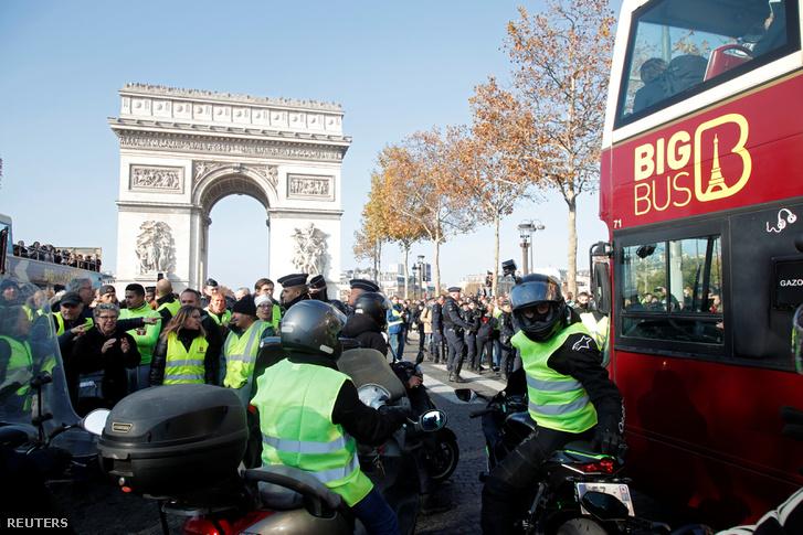 A gépkocsikban kötelezően tartandó láthatósági sárga mellényről elnevezett sárga mellényesek tüntetnek Párizsban 2018. november 17-én.