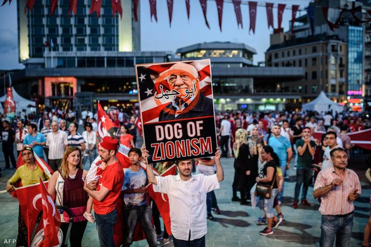 Erdogan-párti tüntető Fethullah Gülen portréjával egy 2016-os isztambuli tüntetésen