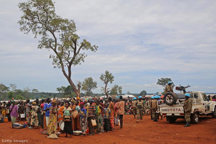 Képünk illusztráció: menekültek várnak ételosztásra egy Közép-afrikai Köztársasági táborban, 2017. szeptember 26-án