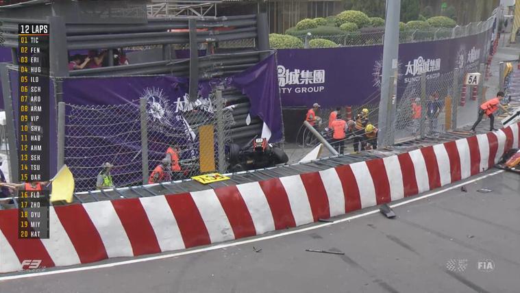 Eltört a gerince a makaói GP-n kirepülő versenyzőnek
