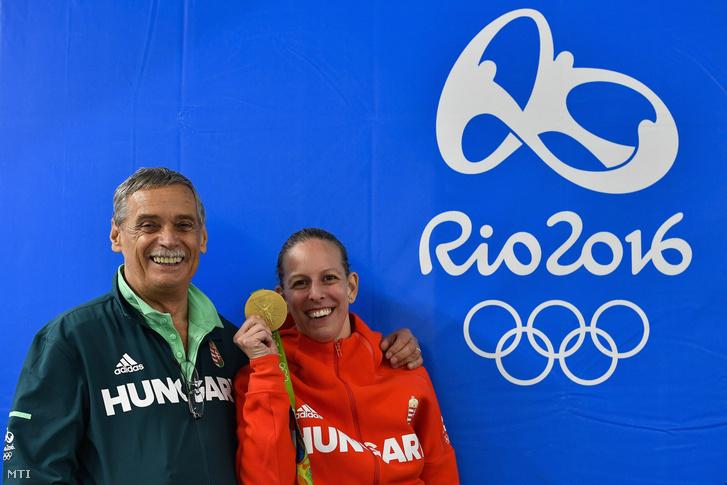 Szász Emese olimpiai aranyával Rióban, mellette az edzője, Kulcsár Győző