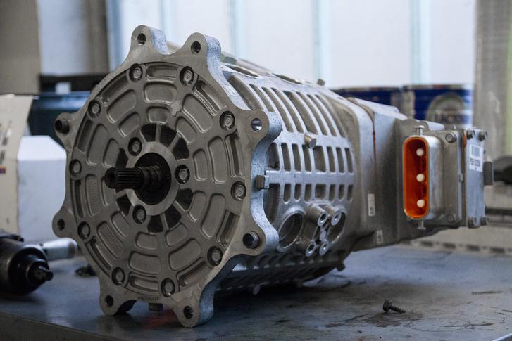 Itt pedig egy vödör méretű motor a KIA Soul elektromos változatából, kicsit kisebb helyen elfér, mint egy benzines