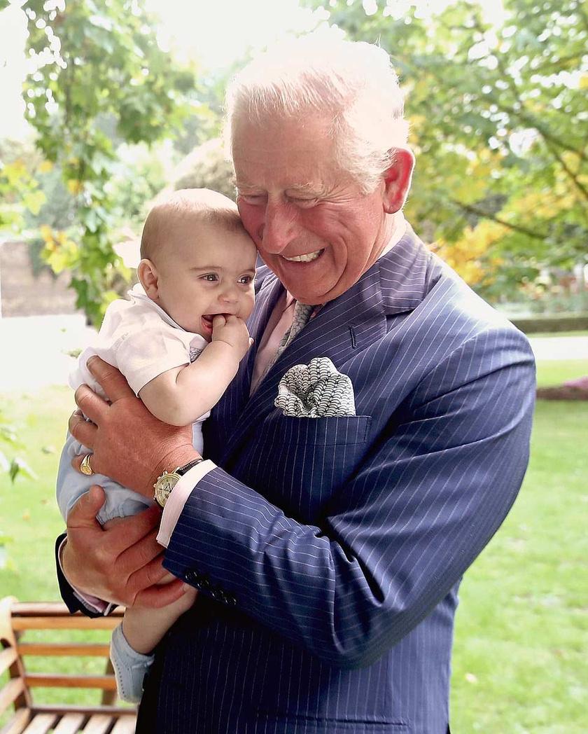 Nagyon édes pillanatot kapott el a fotós a nagypapa és unokája között.