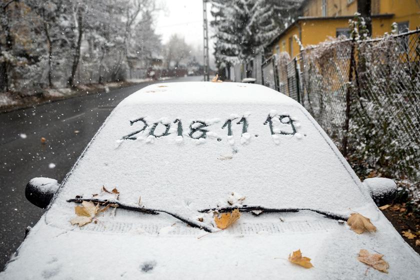 Behavazott autó Budapesten, a Normafa közelében, az Eötvös úton.