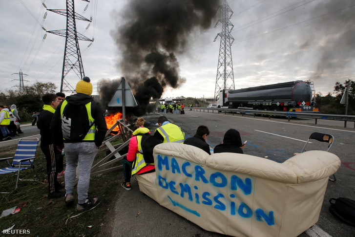 Tüntetők Macron lemondásának üzenetével egy kanapén Fos-sur-Mer-ben, Franciaországban 2018. november 19-én