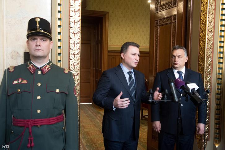 Orbán Viktor miniszterelnök (j) és Nikola Gruevszki Macedónia korábbi miniszterelnöke sajtótájékoztatót tart a Parlament Nándorfehérvári termében 2016. november 18-án.