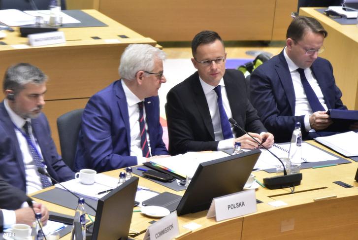 Szijjártó Péter külgazdasági és külügyminiszter (j2) és Jacek Czaputowicz lengyel külügyminiszter (b2) az EU-tagországok külügyminiszteri találkozóján Brüsszelben 2018. november 19-én.