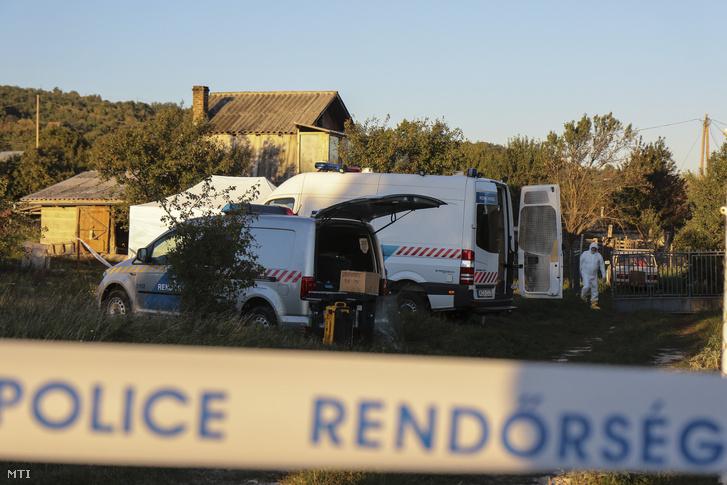 Bűnügyi helyszínelő Várpalota külterületén, ahol egy ingatlanban egy nő és gyermeke holttestét találták meg 2018. szeptember 28-án.