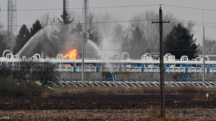 Vízsugarakkal oltják a tüzet a nagyhegyesi gáztározóban 2018. november 20-án.