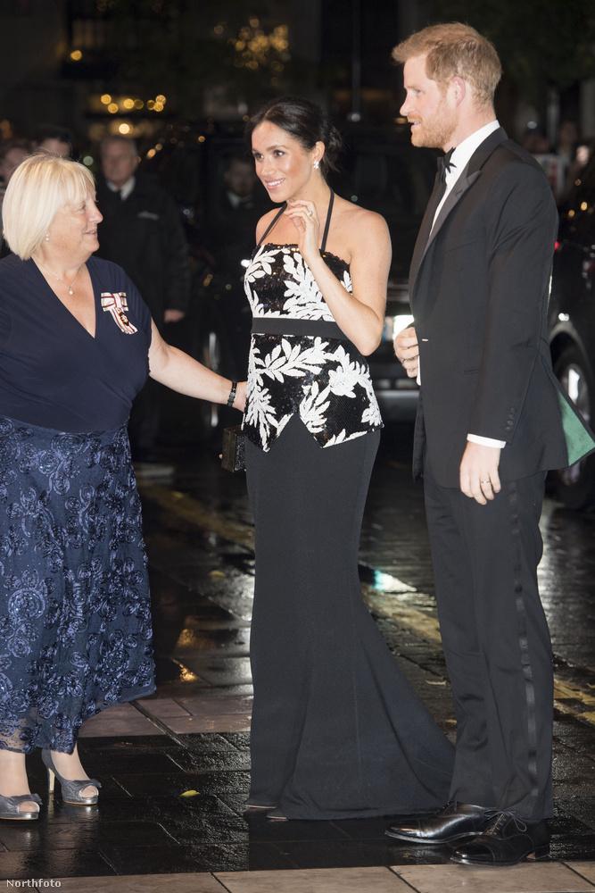 Október közepén derült ki, hogy Markle első közös gyermekét várja Harry herceggel.