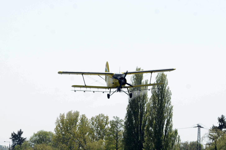 A Szemp Air Kft. AN 2-es repülőgépe biológiai szúnyogirtást végez Szolnok határában 2015. április 23-án.