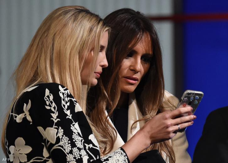 Ivanka és Melania Trump nézik a telefont, Donald Trump republikánus elnöki bemutatkozásán Charlestonban, 2016. január 14-én