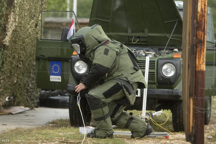 Bosnyák tűzszerész dolgozik az EUFOR Quick Response 2. hadgyakorlaton a boszniai Livac határában 2013. szeptember 12-én.