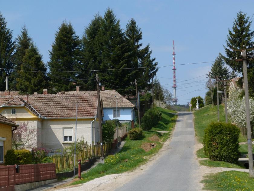 Nagybakónak utcái a természettel harmóniában követik a dombok vonulatait. A nem egészen négyszáz fős településen szinte tapintani lehet a csendet.