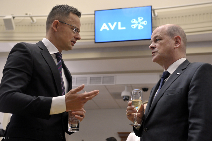 Szijjártó Péter külgazdasági és külügyminiszter (b) és Dirk Janetzko, az AVL Autókut Mérnöki Kft. ügyvezető igazgatója a cég beruházását bejelentő sajtótájékoztatón a minisztériumban 2018. november 20-án.