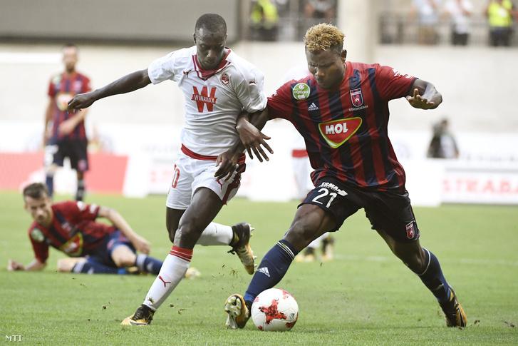 Ezekiel Henty, a Videoton FC (j) és Youssouf Sabaly, a francia Girondins Bordeaux játékosa a felcsúti Pancho Arénában 2017. augusztus 3-án.