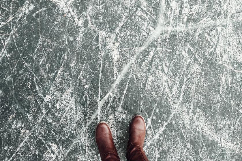 Mindenki tudja, hogy balesetveszélyes, de az okát kevesen ismerik: miért csúszik a jég?