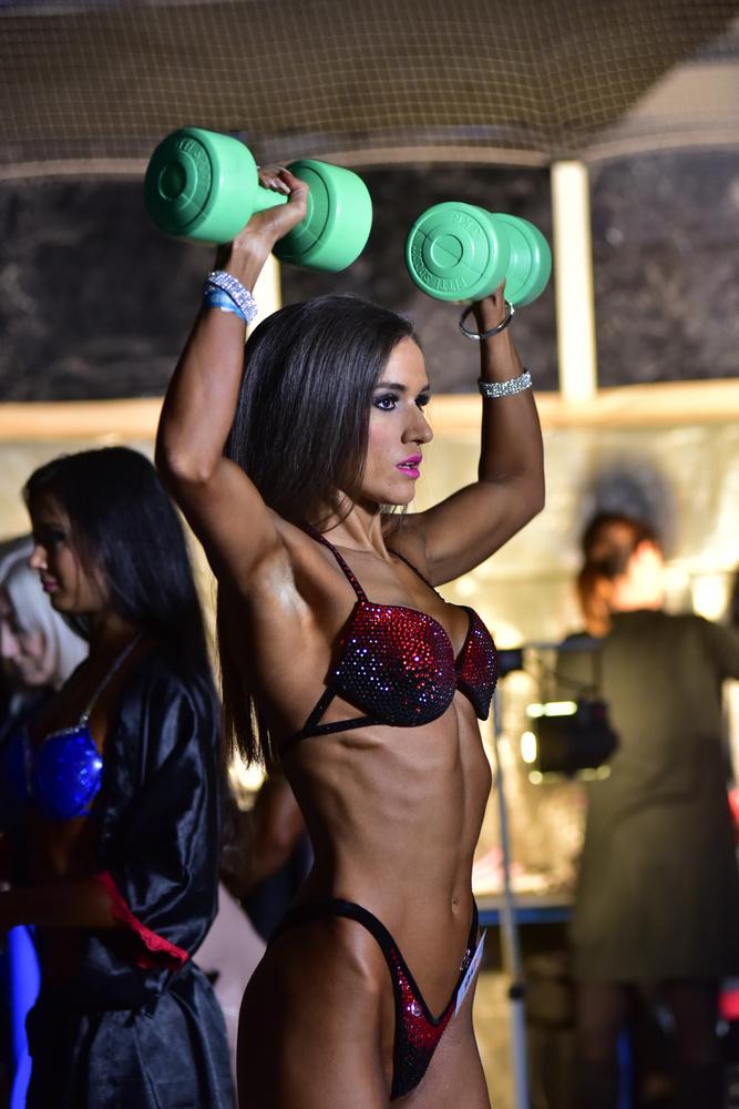 Ez a hölgy általában nyilván nem ilyen szerelésben szokott edzeni, de ez most nem egy edzés, hanem egy verseny, mindjárt a színpadra kell lépni!
