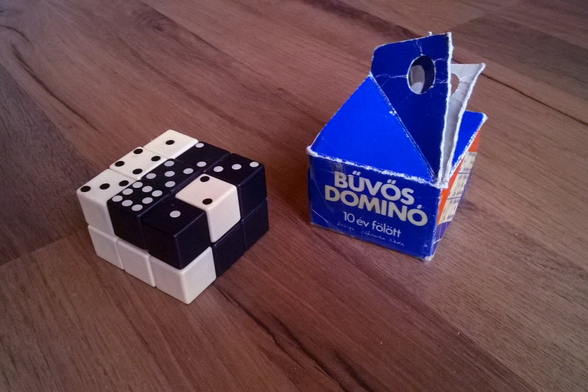 Bűvös dominó: hasonló elve volt, mint a Rubik-kockának, ám itt a fekete és fehér színeket kellett elrendezni, illetve a dominópöttyök számát sorba rakni.