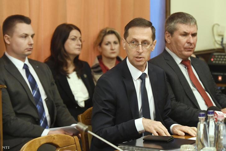 Varga Mihály pénzügyminiszter (j2) a meghallgatásán az Országgyűlés vállalkozásfejlesztési bizottságának ülésén Budapesten, az Országgyűlés Irodaházában 2018. november 20-án. Mellette Bodó Sándor, a minisztérium foglalkoztatáspolitikáért és vállalati kapcsolatokért felelős államtitkára (j).