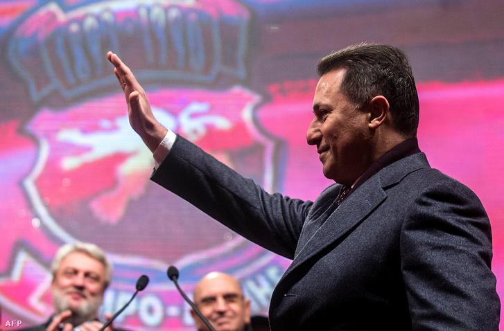Nikola Gruevszki köszönti a támogatóit a választási kampányában Szkopjéban, 2016. november 27-én