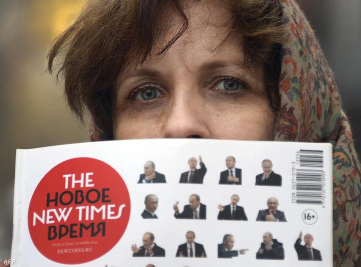 A The New Times egyik újságírója az újság nyomtatott változatával 2013-ban