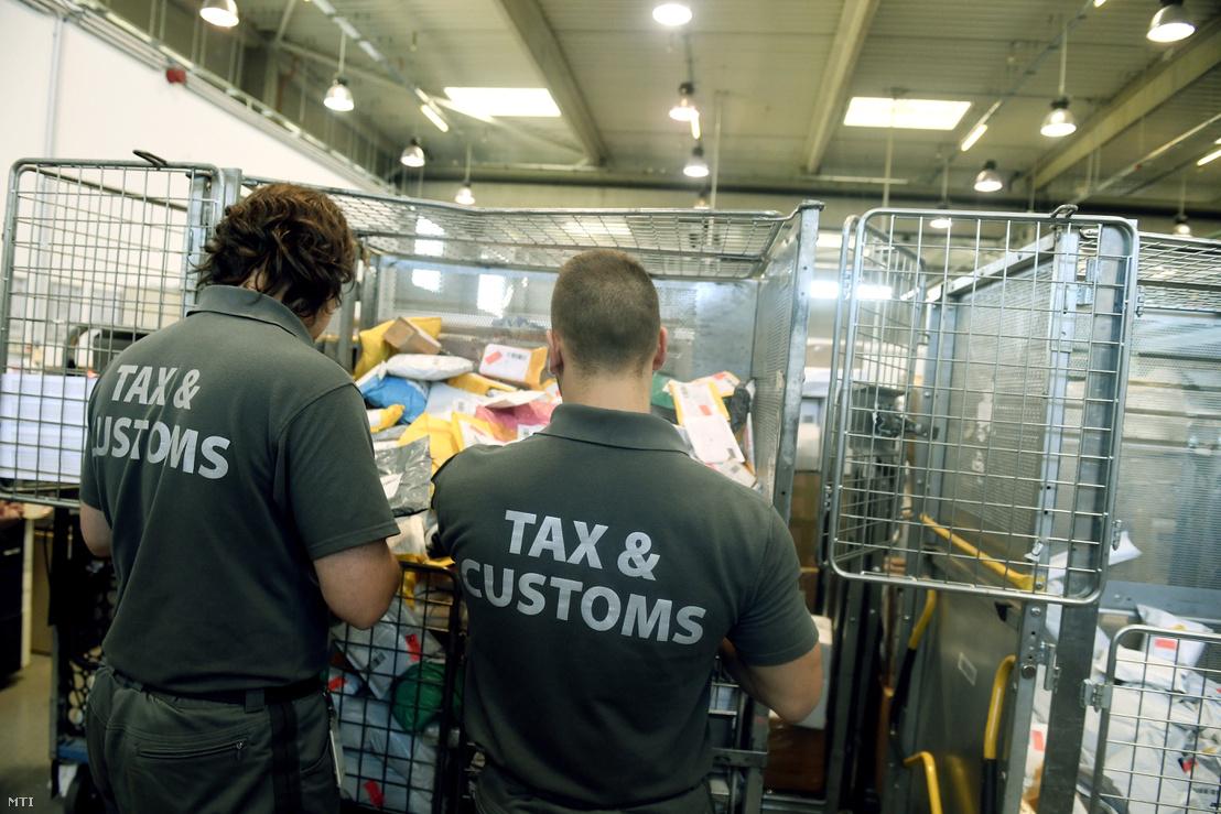 Külföldről érkezett küldemények feldolgozását végzik a NAV szakemberei a Magyar Posta Zrt. Nemzetközi Posta Kicserélő Központjában Budapesten 2017. október 24-én.