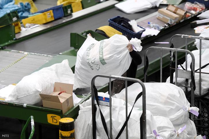 Külföldről érkezett küldeményeket szortíroznak a Magyar Posta Zrt. Nemzetközi Posta Kicserélő Központjában
