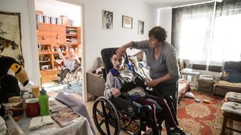 A kormány százezer forintot adna a gyermeküket otthon ápoló szülőknek