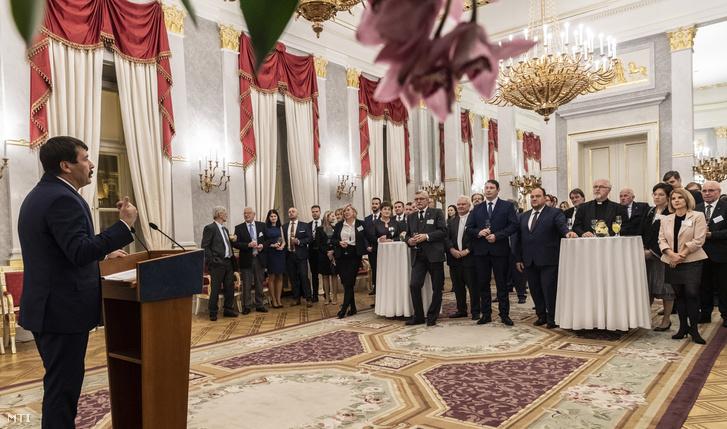 Áder János köztársasági elnök beszédet mond a Magyar Állandó Értekezlet (Máért) XVII. plenáris ülése résztvevõinek tiszteletére adott fogadáson a Sándor-palotában 2018. november 16-án.