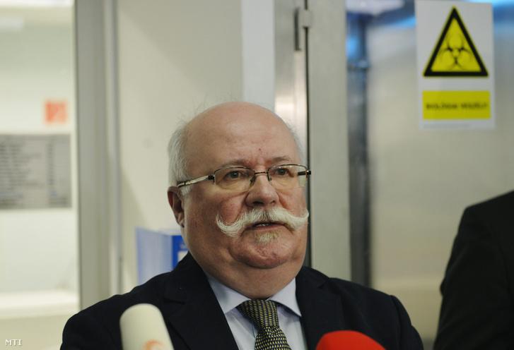 Kovács Attila helyettes országos tisztifőorvos sajtótájékoztatót tart az ebolajárvány kapcsán a fővárosi Nemzeti Biztonsági Laboratóriumban 2014. október 22-én.