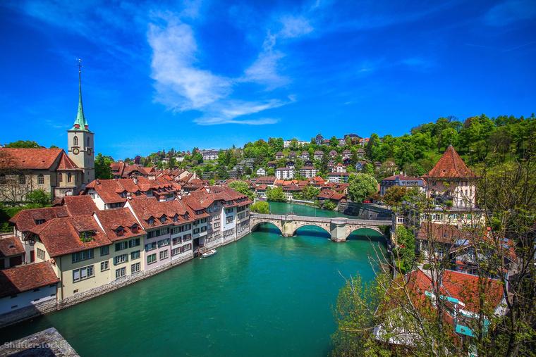 Szintén elég közel vagy Magyarországhoz, az akár autóval is megközelíthető Svájc, ami a világ negyedik leggazdagabb országa, így nem meglepő, hogy hemzseg a milliomos bevándorlóktól.