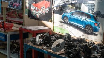 Így szenved egy autószerelő-tanuló és egy szerviztulajdonos