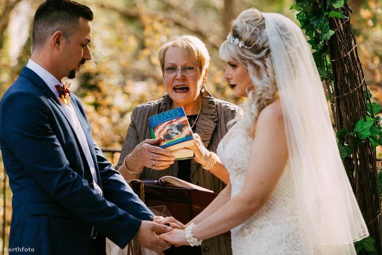 Ugyan az anyakönyvvezető nem öltözött Dumbledor professzornak, de az ifjú pár a Harry Potter és a félvér herceg egyik fejezetére, a Megszeghetetlen Esküre tették kezüket, és úgy fogadtak egymásnak örök hűséget.