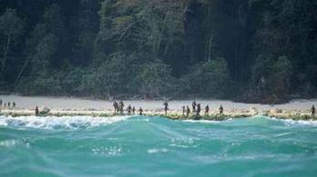 Leállnak az elszigetelt törzs által megölt misszionárius testének keresésével