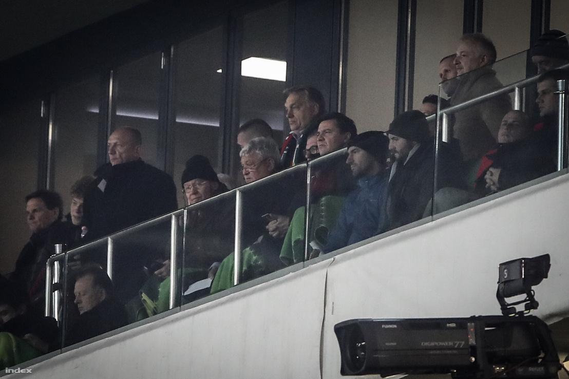 Orbán Viktor (középen felül) és Csányi Sándor (középen alul) a Magyarország - Finnország mérkőzésen 2018 november 18-án