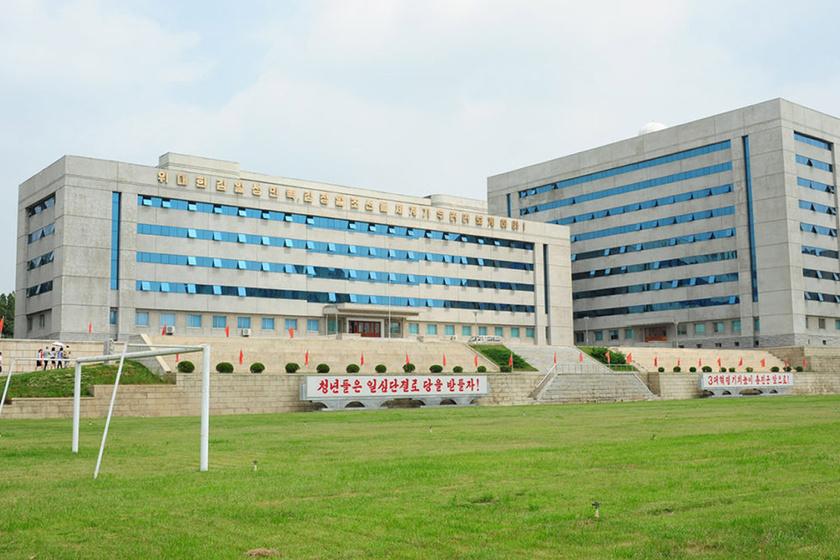 A Kim Hyong-Jik Egyetem, ahol Jeppesen tanult.