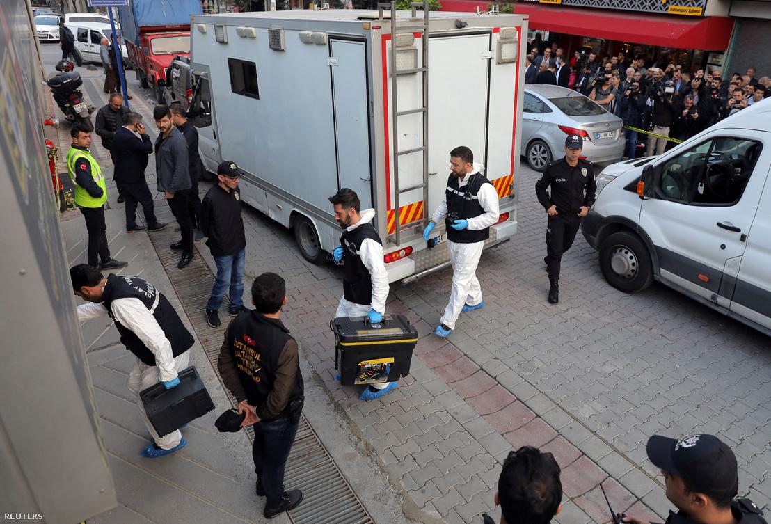 Török helyszínelők az isztambuli főkonzulátus előtt