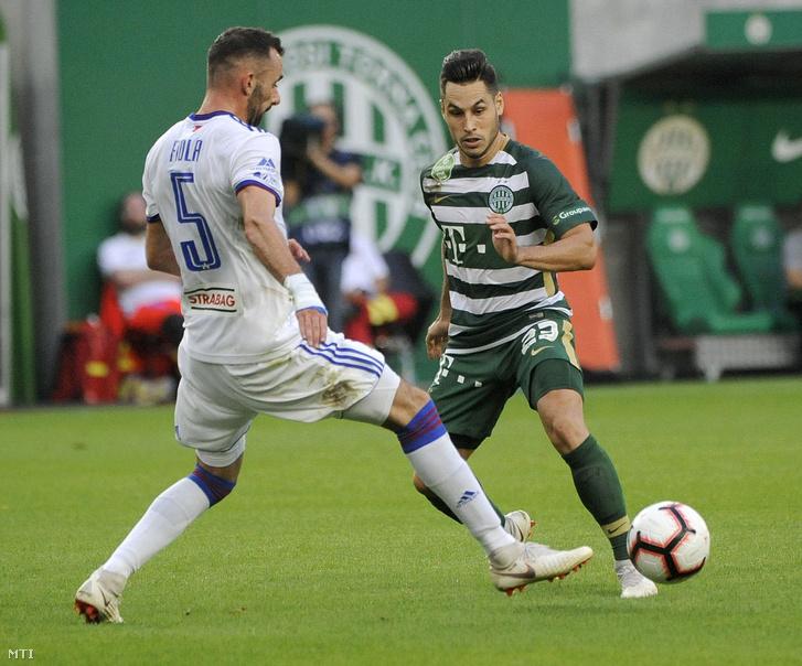 A fehérvári Fiola Attila (b) és a ferencvárosi Bőle Lukács a labdarúgó OTP Bank Liga 7. fordulójában játszott Ferencváros-MOL Vidi FC mérkőzésen a Groupama Arénában 2018. szeptember 2-án.