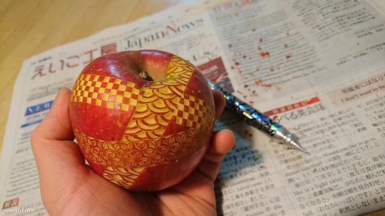 Nehogy azt higgye, hogy csak az ilyen egzotikus gyümölcsöket lehet szépen kidekorálni!  Van három variáció egy mezei almára is.