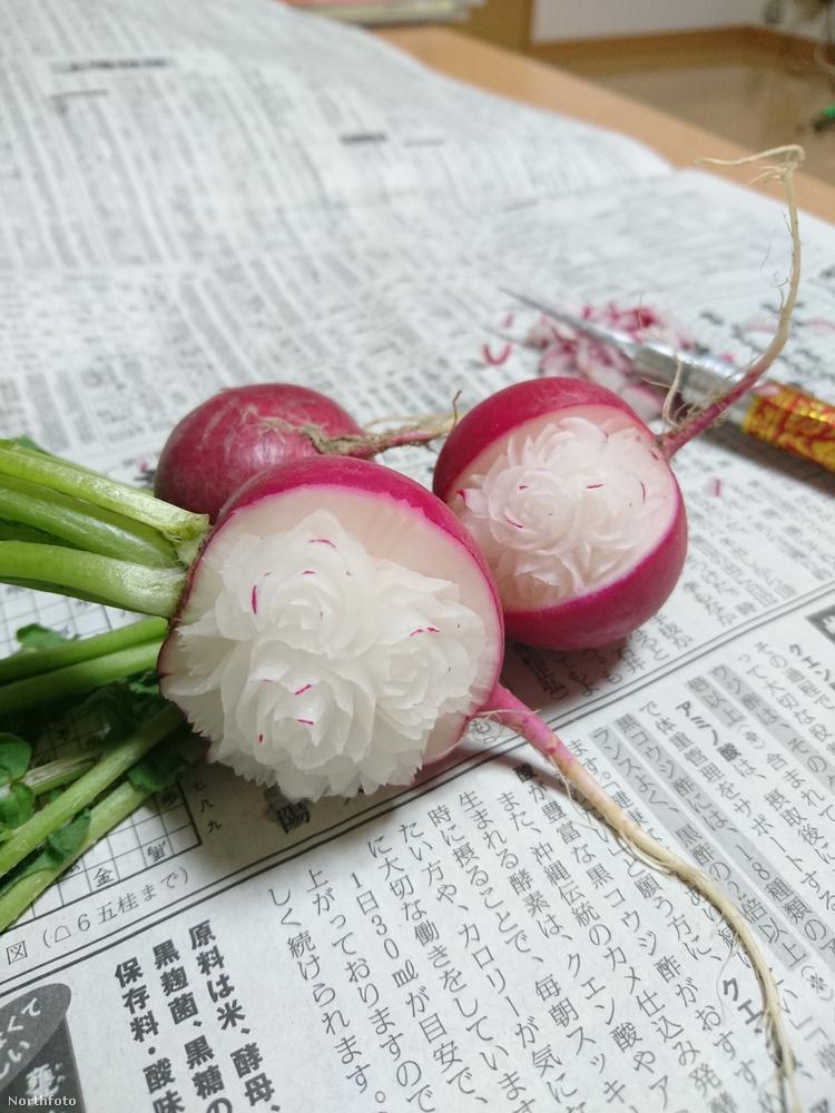 addig Takehiro Kishimoto elkezd kis virágokat faragni bele.