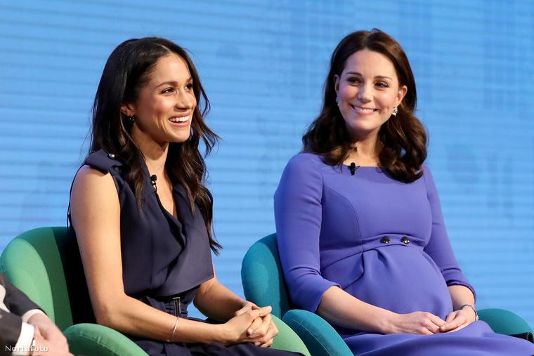 Még egy kedvenc az egymás mellett ülő rojálokról: Katalin és Meghan - akkor még csak leendő - hercegné Vilmossal és Harryvel vettek részt egy nyilvános beszélgetésen